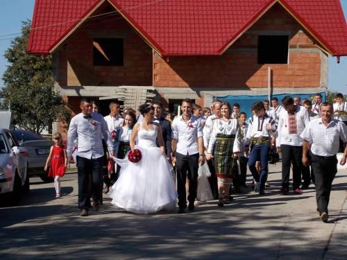 Nunta in drum spre biserica din Calafindesti